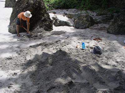 砂浴1人、穴掘りjpg