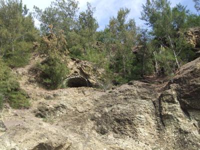 崖の上の壕