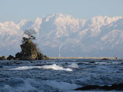 雨晴海岸から雪の立山連峰を