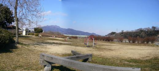 坂東橋緑地公園。正面に見えるのは子持山。