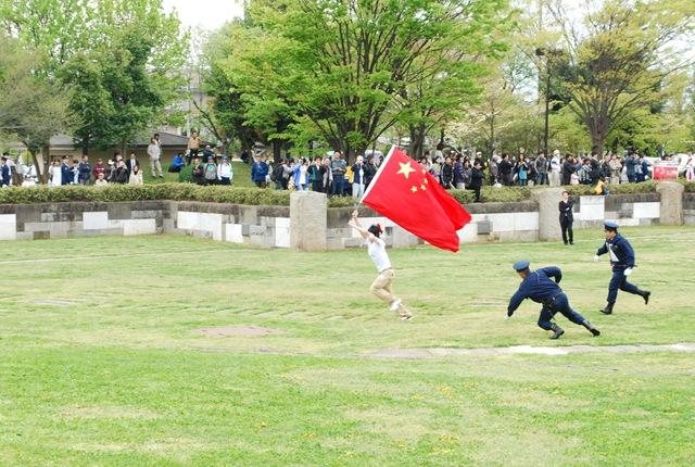 立ち入り禁止公園に乱入、警官に追いかけられる中国人。