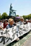 平和祈念像前で座り込む人たち