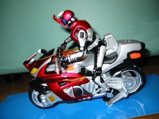 装着変身カブトとバイクの横