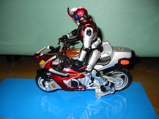 キャストオフカブトとバイクの横