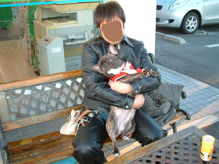パパに抱っこ。。。(-_-;)