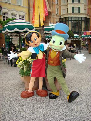 ピノキオ・ジミニー メディテ お花の前