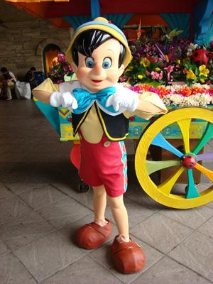 ピノキオ メディテ お花の前