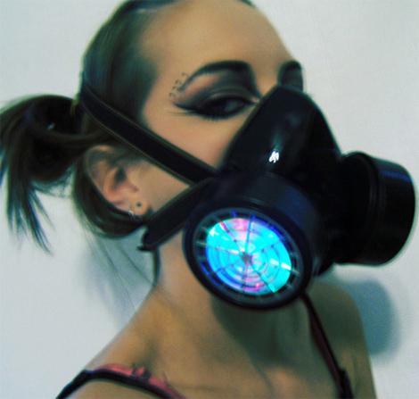 LEDライトが点滅するゴスファッション・ガスマスク