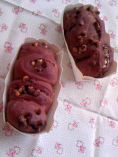 オリジナル ココアチョコチップ入り丸パンねじり成形で