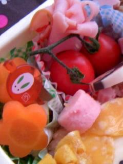 幼稚園弁当 お雛様弁当 花の人参&こうや豆腐