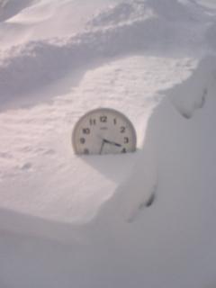 雪に埋もれた時計