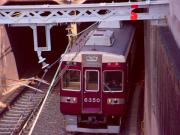 西院の地下トンネルから顔を出す阪急特急