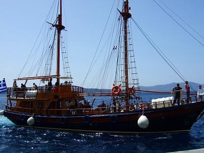 ネア・カメニ行きの船