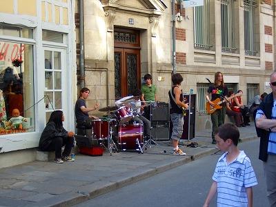 道端で演奏するバンド