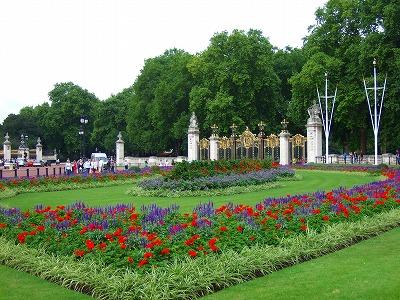 バッキンガム宮殿横の門