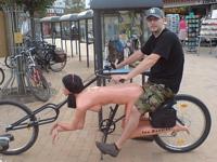 こんな自転車はイヤだ  バックで前に進む?セクシー自転車