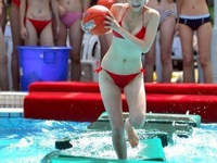 全民健身日に中国・杭州でビキニ美女だらけの水泳大会