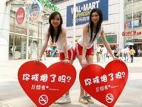 広州の街頭で美人女子大生がタンクトップにショートパンツ姿で禁煙運動