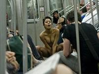 ニューヨークの地下鉄電車内で若い女性がいきなりストリップ