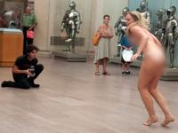 ニューヨークの美術館でゲリラヌード撮影を行って女性モデル(26)逮捕