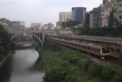 E233系と聖橋。