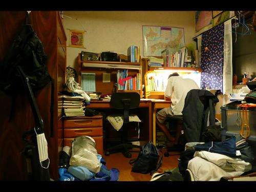 汚い部屋だ(汗 ちなみに写ってるのは弟です