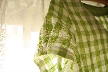 ギンガムチェックのキーネックシャツ