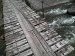 今にも朽ちそうなつり橋…