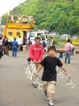 つり革セットで電車ごっこしながら歩く少年とその父親(笑