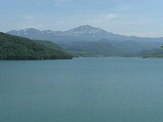 ダム越しの旭岳