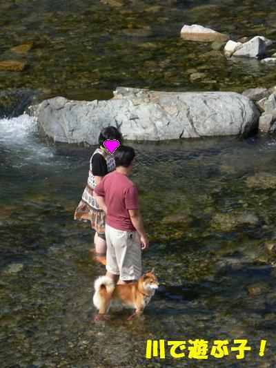川で遊ぶ子
