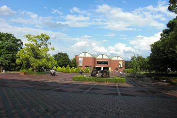 県立美術館前