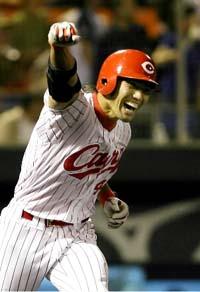 9回、サヨナラ打を放ちガッツポーズで一塁へ向かう広島・喜田剛=広島