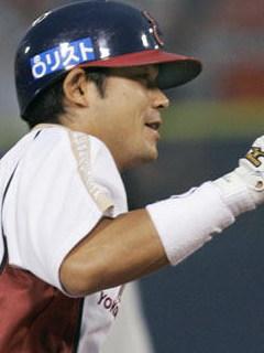 横浜 3?2 日本ハム (2007/06/26 横浜スタジアム) 日本ハム4回戦の初回先頭打者で武田勝投手から右翼へ本塁打を放ち三塁を回る仁志。歴代7位となる通算23本目の先頭打者本塁打を記録