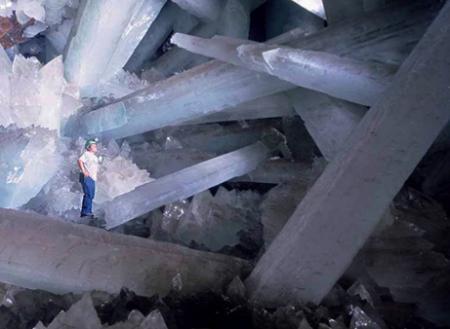 解明される巨大な水晶洞窟の神秘