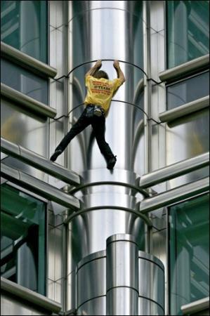 フランスの「スパイダーマン」、逮捕される=素手で高層タワーよじ登る