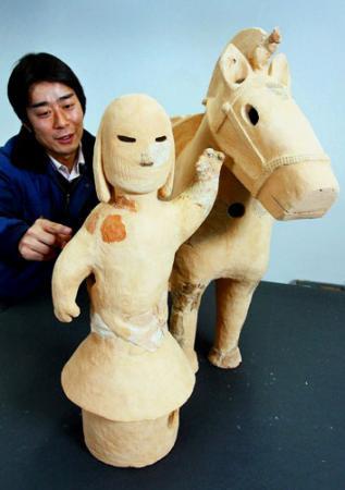 馬と馬曳く人、セットで出土…大阪の待兼山古墳、埴輪復元