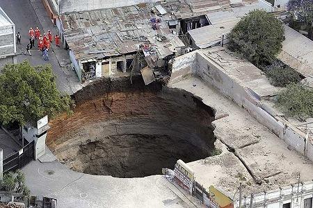 説明:突如出現の巨大穴2