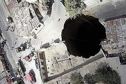 突如出現の巨大穴3