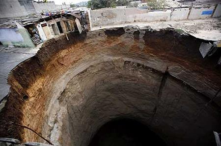 突如出現の巨大穴4