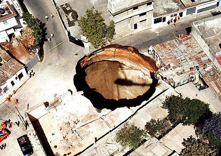 突如出現の巨大穴