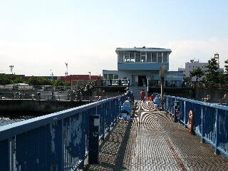 ガラ空きの渡り桟橋