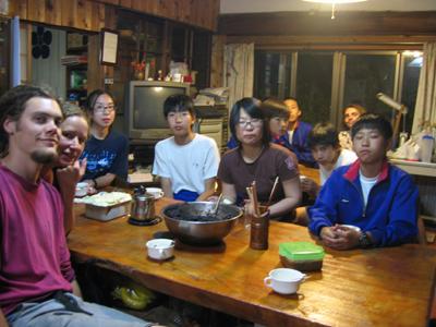 12人の食事風景