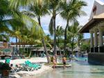 ハードロックホテルのプール ここのプルはバリ最大の大きさなのだだそうです。でもってプールに砂が入れられ、ビーチ風になっております。