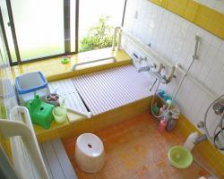 オレンジ調の広い浴室