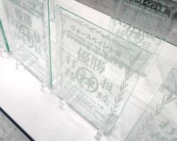 ガラスの盾。もちろんオリジナルです。