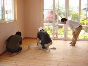 床塗装の講習中