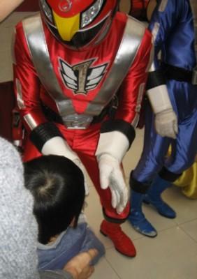 ゴーンレッドと握手