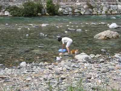 川につかる8.9