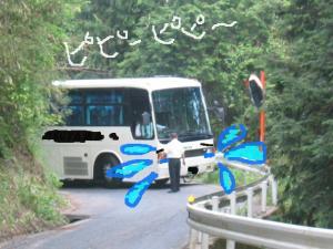 バックするバス 3